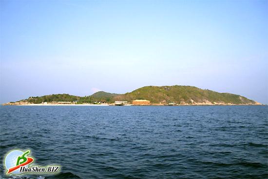 остров Сороканожки. Фотографии острова с катера, корабля. Морской пейзаж. Фотографя острова издалека
