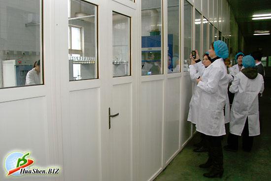 Дистрибьюторы ХуаШен имеют возможность наблюдать за работой лаборантов. Лаборатория качества готовой продукции на сырьевой базе ХуаШен