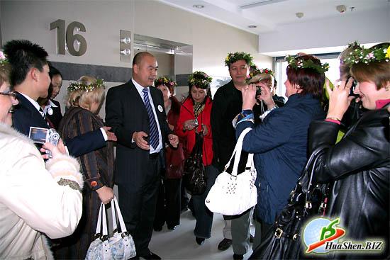 Президент компании ХуаШен - господин Ли Вей встречает дистрибьюторов у входа в центральный офис.
