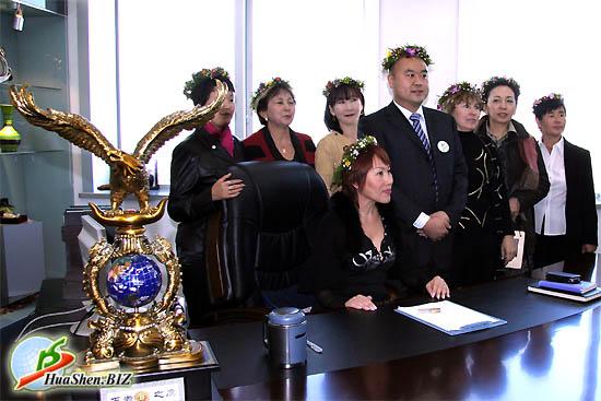 Лидеры из Казахстана, вместе с президентом Ли Веем делают памятную фотографию в кабинете президента.